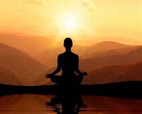 Méditer face à un beau paysage avec un levé de soleil.