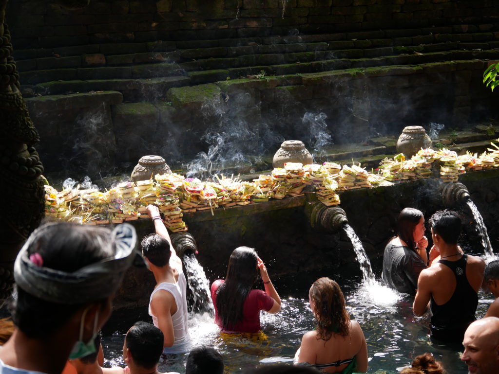 lors d'une grande fête, beaucoup de balinais viennent se purifier aux fontaines des temples et faire des offrandes de fleurs et d'encens