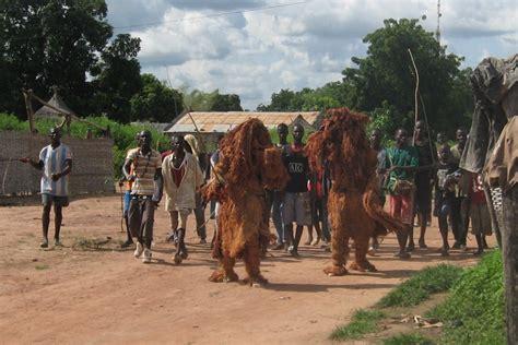 Deux kankouran marchent dans la rue, accompagnés d'hommes